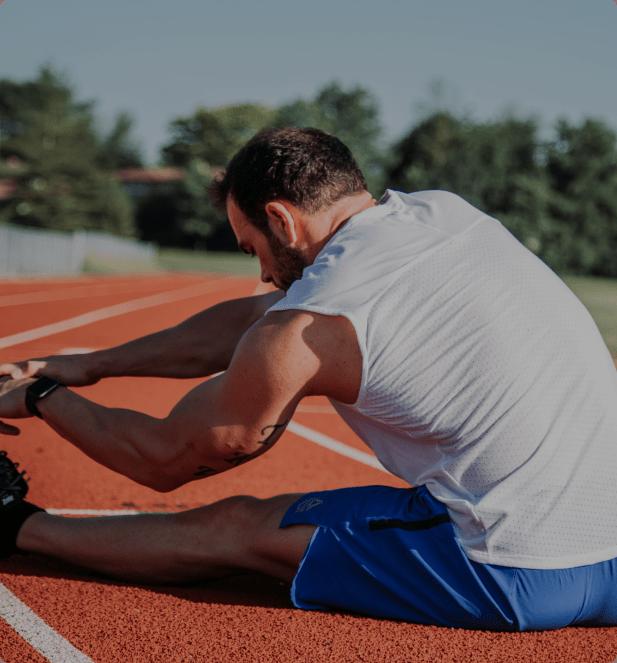 Un deportista se prepara para entrenar